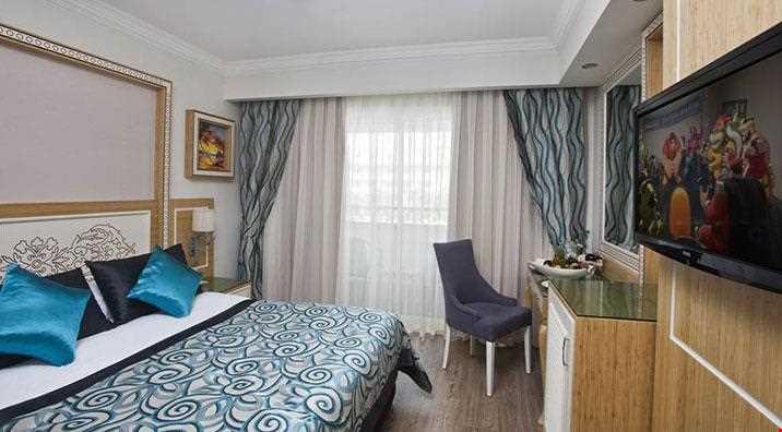 23 m² genişliğindedir. 1 French Bed ile standart odaların tüm özellikleri mevcut olup, çatı katında geniş teraslı odalardır. (yandan deniz manzaralıdır)